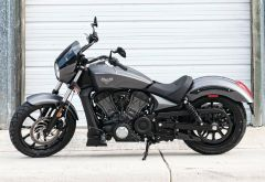 Motorrad: Victory Octane Muscle Bike mit drehfreudigm V-Twin Motor