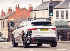 Pressemeldung Jaguar - Autos kommunizieren in Zukunft mit Ampeln