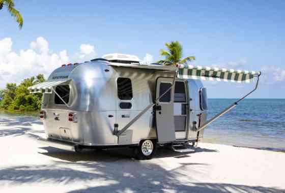 """News: Stylischer Caravan """"Tommy Bahama"""" Special Edition von Airstream"""